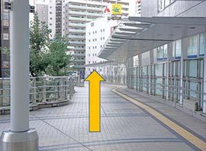 そのまま交番を左手に見ながら直進してください。