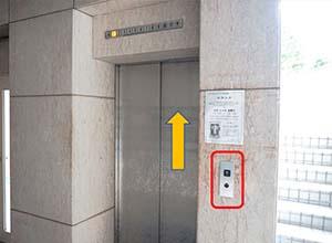 エレベーターで6階に上がってください