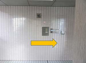 エレベーターを降りたら右へ進んでください