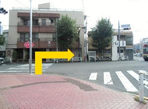 突き当りの交差点を渡って右に進んでください。